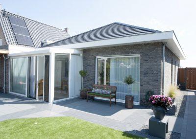 Nieuwbouw, kunststof kozijnen, kunststof voordeur, aluminium serre, zonwering en rolluiken in Vlijmen