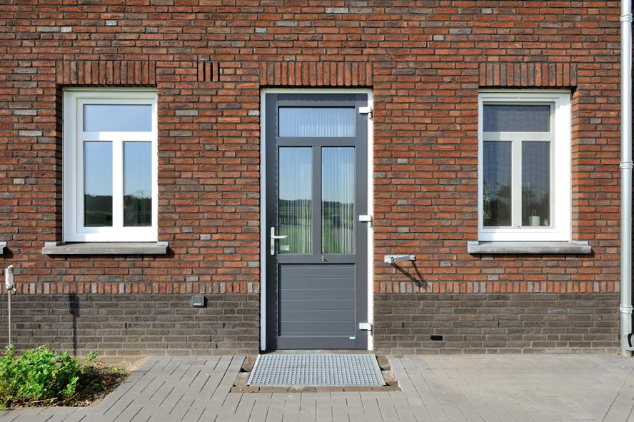 Nieuwbouw, kunststof voordeur, kunststof kozijnen, kunststof achterdeur, aluminium lichtstraat en aluminium vouwwand in Panningen (4)