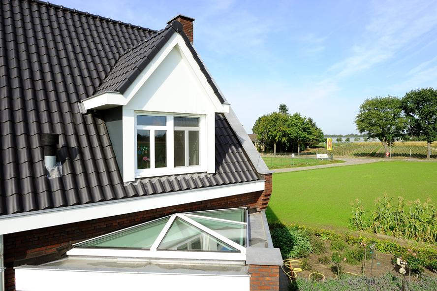 Nieuwbouw, kunststof voordeur, kunststof kozijnen, kunststof achterdeur, aluminium lichtstraat en aluminium vouwwand in Panningen (5)
