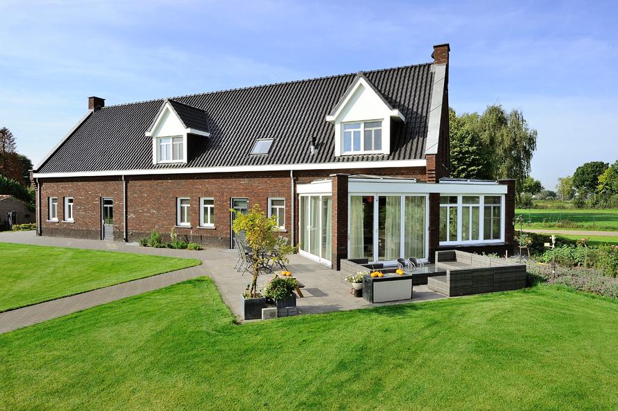 Nieuwbouw, kunststof voordeur, kunststof kozijnen, kunststof achterdeur, aluminium lichtstraat en aluminium vouwwand in Panningen