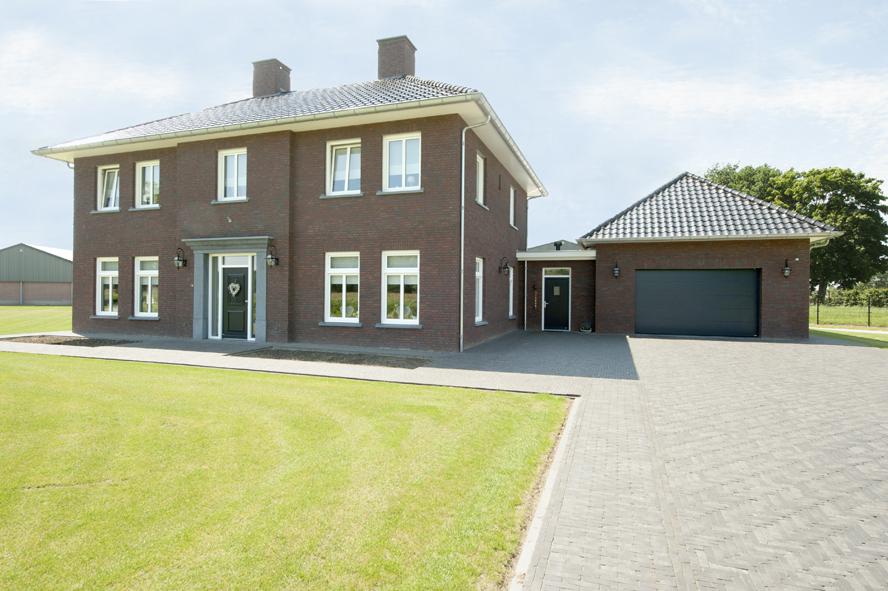 Nieuwbouw, kunststof voordeur, kunststof kozijnen, schuifpui, kunststof achterdeur, rolluiken en garagedeur in Weert (1)