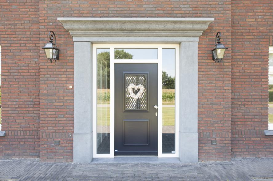 Nieuwbouw, kunststof voordeur, kunststof kozijnen, schuifpui, kunststof achterdeur, rolluiken en garagedeur in Weert (2)