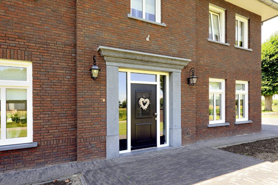 Nieuwbouw, kunststof voordeur, kunststof kozijnen, schuifpui, kunststof achterdeur, rolluiken en garagedeur in Weert (4)