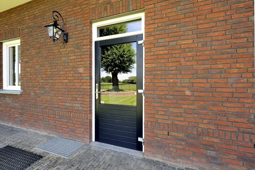 Nieuwbouw, kunststof voordeur, kunststof kozijnen, schuifpui, kunststof achterdeur, rolluiken en garagedeur in Weert (7)