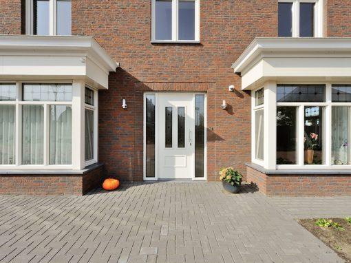Nieuwbouw, kunststof voordeur, kunststof kozijnen, schuifpui, openslaande tuindeuren, aluminium lichtstraat en zonwering in Gastel