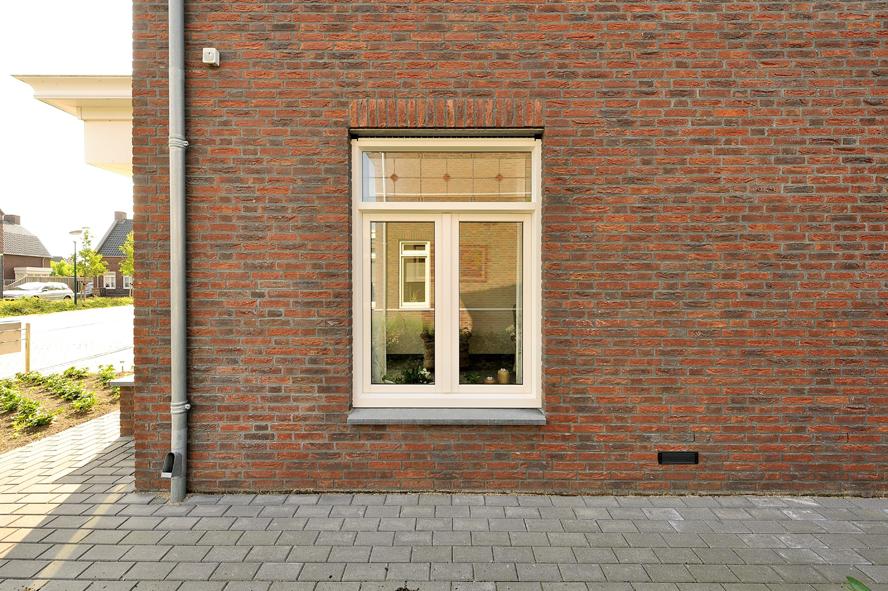 Nieuwbouw, kunststof voordeur, kunststof kozijnen, schuifpui, openslaande tuindeuren, aluminium lichtstraat, zonwering in Gastel (3)