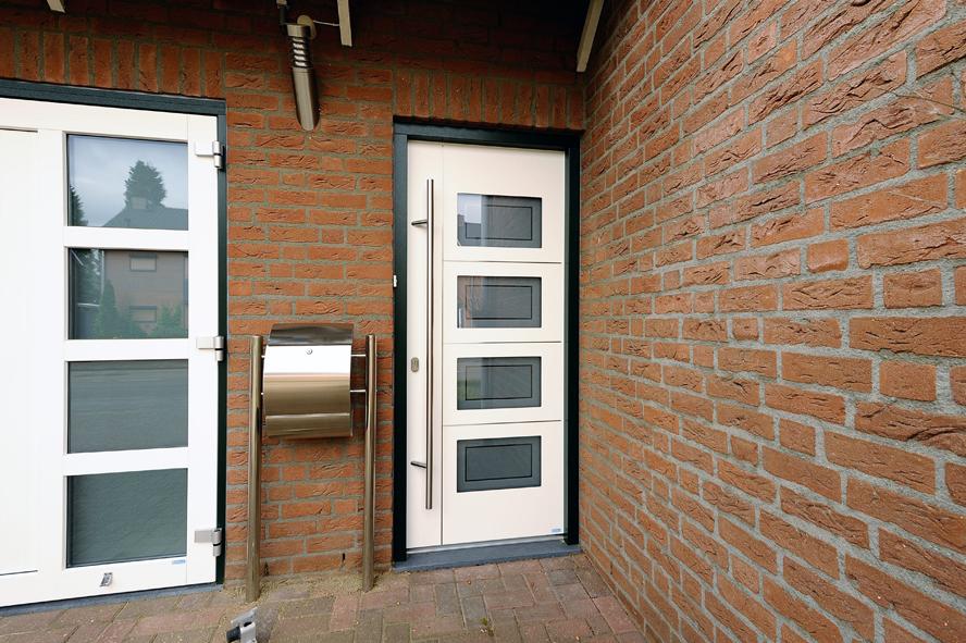 Renovatie, aluminium voordeur, kunststof kozijnen, kunststof achterdeur en garagedeur in Belfeld (3)