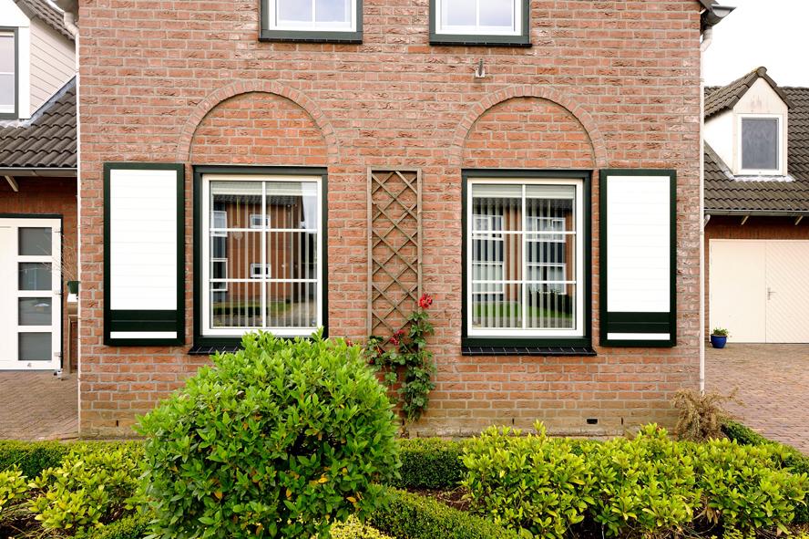 Renovatie, aluminium voordeur, kunststof kozijnen, kunststof achterdeur en garagedeur in Belfeld (4)