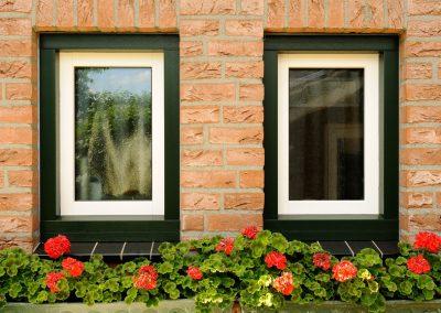 Renovatie, aluminium voordeur, kunststof kozijnen, kunststof achterdeur en garagedeur in Belfeld
