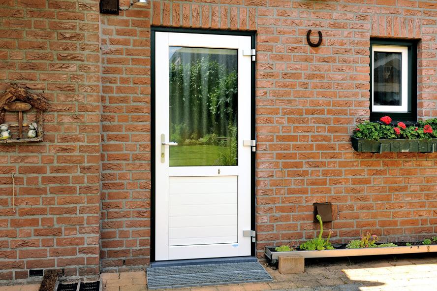 Renovatie, aluminium voordeur, kunststof kozijnen, kunststof achterdeur en garagedeur in Belfeld (6)