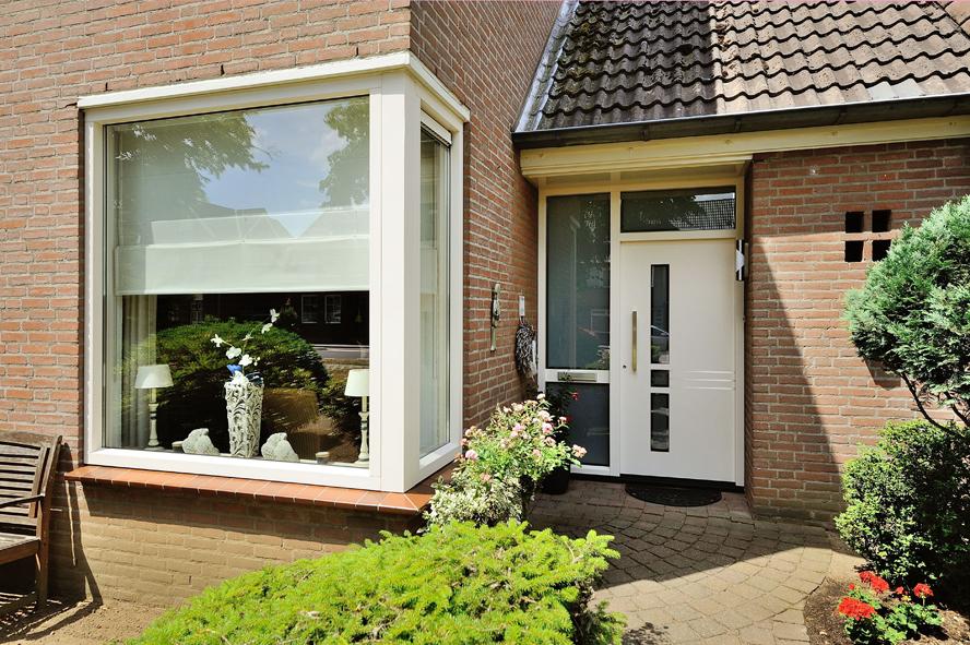 Renovatie, kunststof kozijnen, aluminium voordeur, kunststof achterdeur, horren en rolluiken in Venlo (2)