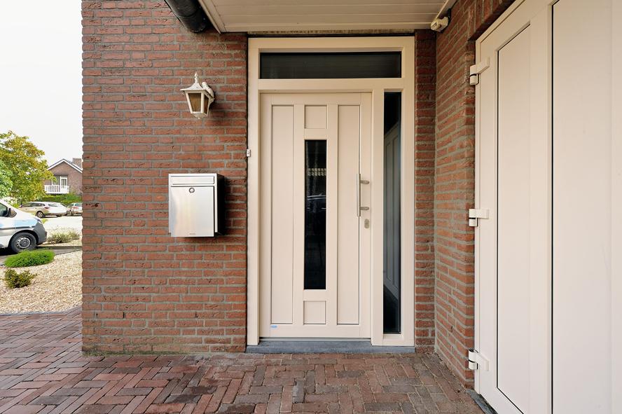Renovatie, kunststof voordeur en garagedeur in Weert (4)
