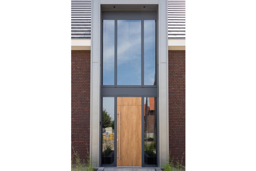 Nieuwbouw, aluminium kozijnen, aluminium deuren, garagedeuren, schuifpui in Helden